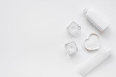 Monochrome комплект косметики для КУРОРТА на белой насмешке взгляд сверху предпосылки вверх Стоковое Изображение RF