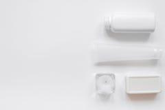 Monochrome комплект косметики для КУРОРТА на белой насмешке взгляд сверху предпосылки вверх Стоковые Фото