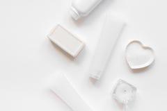 Monochrome комплект косметики для КУРОРТА на белой насмешке взгляд сверху предпосылки вверх Стоковые Изображения
