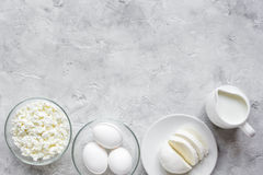 Monochrome концепция с молочными продучтами на каменной насмешке взгляда столешницы вверх Стоковая Фотография RF