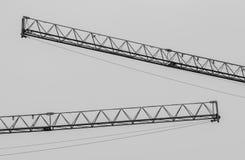 Monochrome краны индустриального строительства в районе конструкции, стоковое фото rf