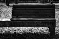 Monochrome парк стенда искусства публично, одиночество на ясном солнечном весеннем дне Стоковое Изображение