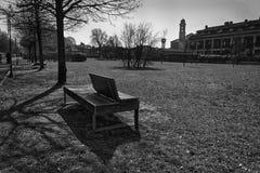 Monochrome парк стенда искусства публично, одиночество на ясном солнечном весеннем дне Стоковое Изображение RF