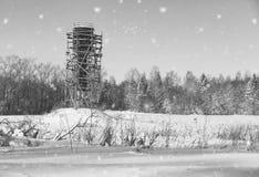 Monochrome ремонтина вокруг водонапорной башни в поле перед Стоковое Изображение RF