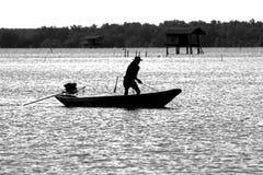 Monochrome da silhueta de Boat do pescador Fotografia de Stock Royalty Free