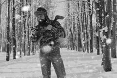 Monochromu krajobrazu mężczyzna z cioską Zdjęcia Royalty Free