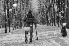 Monochromu krajobrazu mężczyzna z cioską Fotografia Royalty Free