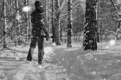 Monochromu krajobrazu mężczyzna z cioską Zdjęcie Royalty Free