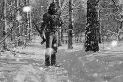 Monochromu krajobrazu mężczyzna z cioską Zdjęcie Stock