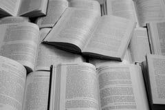 Monocromio in bianco e nero di vista superiore dei libri aperti Concetto della letteratura e delle biblioteche Fondo di conoscenz fotografia stock