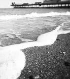 Monocromo abandonado de la playa Imagen de archivo libre de regalías