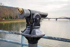 Monocular op de brug in de stad stock foto