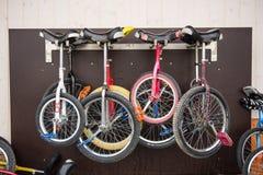 Monocycles som hänger utanför en skola royaltyfria bilder