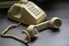 Monofone do telefone do vintage Telefone moderno do vintage do século meados de Telefone giratório foto de stock