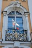 Monogram av den ryska kejsarinnan Catherine och reflexionen av den ryska flaggan Royaltyfria Bilder