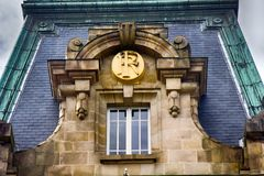 monogram av husägaren under den frodiga markisen av stenen royaltyfri foto