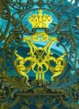 Monogram van Keizer Alexander III en het monogram van Keizerinmaria fyodorovna op poort van de Kluis in St. Petersburg royalty-vrije stock afbeeldingen