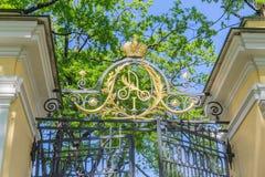 Monogramm des Kaisers Alexander I. auf dem Tor zum Palast-Garten des Kamennoostrovsky-Palastes in St Petersburg Stockbilder