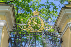 Monogramma dell'imperatore Alessandro I sul portone al giardino del palazzo del palazzo di Kamennoostrovsky a St Petersburg Immagini Stock