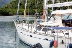 Monohull在斐济Savusavu海湾滑动靠码头的游艇风船 库存照片