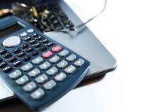Monokel blyertspenna, räknemaskin på bärbar datordatortangentbordet, affärsbakgrundsbild, arkivbilder