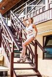 Monokini blanco del traje de baño de la moda de la mujer que lleva hermosa Fotografía de archivo libre de regalías
