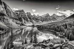 Monokrom filtrerade scenisk sikt av morän sjön, steniga berg royaltyfri bild