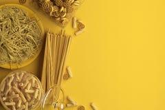 Monokrom gul sammansättning av torr och kokt pasta och spagetti på en gul bakgrund Baner med kopieringsutrymme för text En uppsät vektor illustrationer