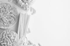 Monokrom sammansättning av torr och kokt pasta och spagetti på en vit bakgrund Baner med kopieringsutrymme för text En uppsättnin vektor illustrationer