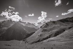 Monokromma breda Mountain View Fotografering för Bildbyråer
