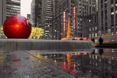 Monokromma Manhattan med en jätte- struntsak vid radiostadsmusik Hall, NYC Arkivbild
