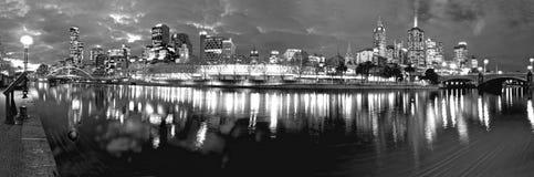 Monokromma melbourne på natten Fotografering för Bildbyråer