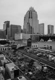 Monokromma stads- gator för Austin Downtown Frost Bank torn Fotografering för Bildbyråer