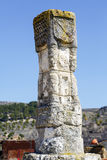 Monolit sniden steningång Curiel de Duero Arkivbilder