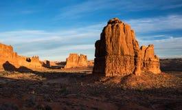 Monoliti alla luce in anticipo di mattina di autunno degli arché parco nazionale, Utah immagini stock libere da diritti