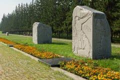 Monolity granit na drodze wojna z rzeźbiącymi wojskowych epizodami i rok Park kultura i odpoczynek wymieniający póżniej zdjęcia stock