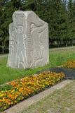 Monolity granit na drodze wojna z rzeźbiącymi wojskowych epizodami i rok Park kultura i odpoczynek wymieniający póżniej obraz stock