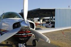 Monomotor Flugzeug auf Hangar Stockbilder