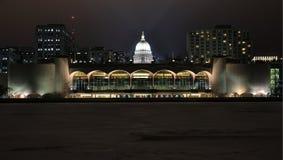 Monona terrass och Kapitoliumkupol i Madison, WI på natten Royaltyfri Foto