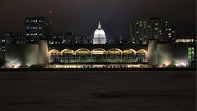 Monona-Terrasse und Kapitol-Haube in Madison, WI nachts lizenzfreies stockfoto