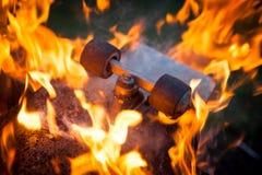 Monopatín ardiente imagen de archivo