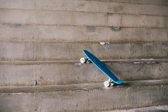 Monopatín azul de las adolescencias Fotos de archivo