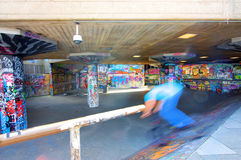 Monopatín de la juventud y skatepark de la pintada de la cultura del embarque Imagenes de archivo