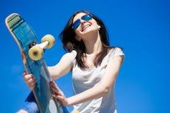 Monopatín de la mujer, cierre para arriba, sonrisa Fotografía de archivo libre de regalías