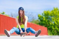 Monopatín del montar a caballo del patinador del adolescente en la calle Imagenes de archivo
