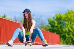 Monopatín del montar a caballo del patinador del adolescente en la calle Fotografía de archivo