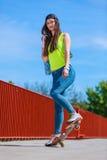 Monopatín del montar a caballo del patinador del adolescente en la calle Fotos de archivo