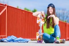Monopatín del montar a caballo del patinador del adolescente en la calle Imagen de archivo