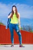 Monopatín del montar a caballo del patinador del adolescente en la calle Imagen de archivo libre de regalías