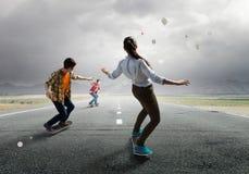 Monopatín del paseo de los adolescentes Técnicas mixtas Foto de archivo